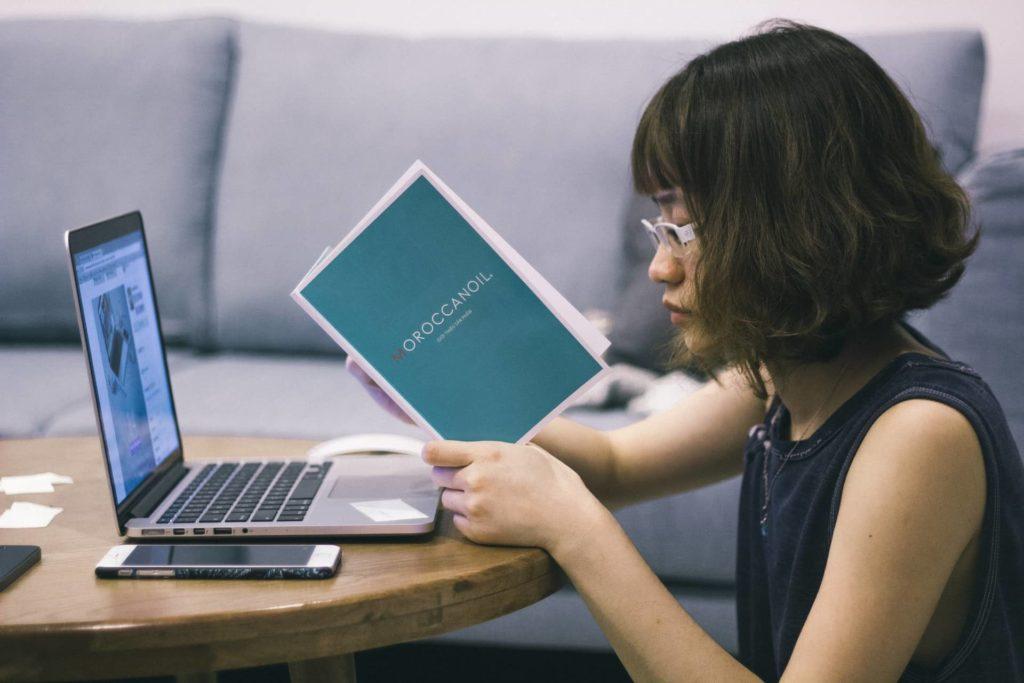 Leggiamo davvero i consigli online?